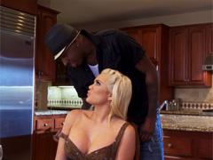 Джон присунул скромной блондинке прямо на кухонном столе