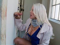 Блонда не устояла перед торчащим членом в дырке двери туалета