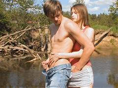 Секс на рыбалке в кустах