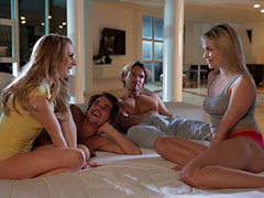 2 девушки и 2 парня горячо проводят вечер