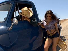 Rachel Roxxx путешествует автостопом по сельской местности