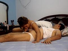 Просто домашний секс кавказской пары на кровати