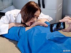 Медсестра раздвигает ножки для фотографирования