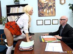Школьница отчитывается директору за свои юные шалости