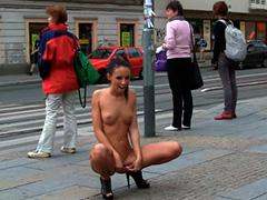 Отвязная девчонка голышом на улице