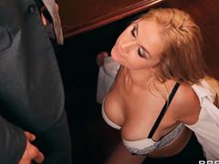 Озабоченная секретарша трахается с посетителем