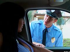 Офицер трахает красивую нарушительницу