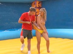 Женский волейбол на батуте с голыми сиськами