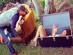 Яркая брюнеточка из сундука — эротичный сюрприз мужу