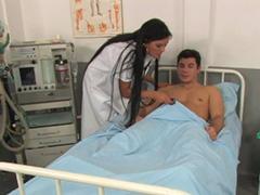 Медсестра снимает пациенту сексуальное напряжение