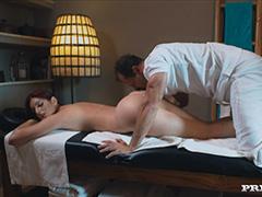 Терапия массажа перерастает в бурный оргазм