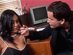 Шеф трахнул жгучую секретаршу