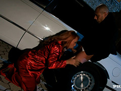 Рыжая мадам в красном отдалась водителю лимузина
