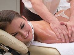 Во время массажа поимел молодую хозяйку
