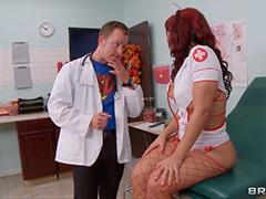 Медсестра соблазнила симпатичного доктора