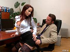 Шеф наказал секретаршу бездельницу