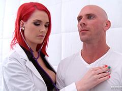 Красноволосая медсестра возбуждает пациента