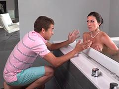 К скучающей мамке в ванной присоединился кавалер дочери