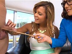 Девчонки измеряют линейкой член, а затем пробуют на вкус