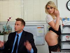 Блондинка показала попку грубому шефу