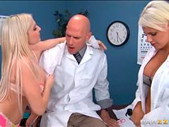 Две студентки сдают практику доктору