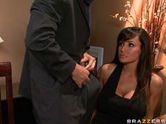 Страстный секс на обеденном столе