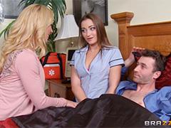Домохозяйка уговорила медсестру заняться сексом втроем