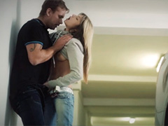 Стройная Gina Gerson с парнем в подземном паркинге