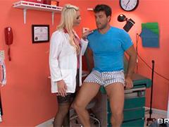 Сексуальная медсестра с пациентом