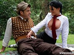 Горячий секс на зеленой лужайке