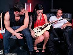 Удовлетворила двух рок музыкантов