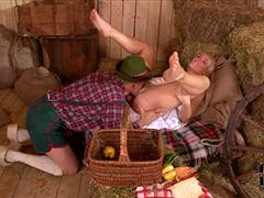 Заботливая жена фермера и накормила и отсосала
