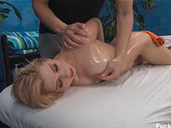 Приятный масляный массаж с раздвинутыми ножками