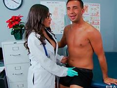 Новенькая медсестра опытно провела обследование