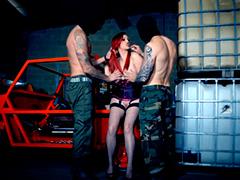 Рыжую заложницу поимели два мускулистых охранника