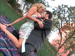 Красотка мечтает на уроке о сексе с парнем в парке