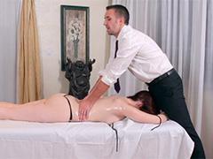 Находчивый массажист пристроил свой член в клиентке