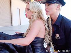 Неутомимые полицейские развратницы