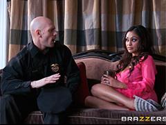 Положила глаз на торчащий член полицейского