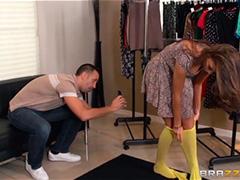 Помог незнакомке выбрать наряд в магазине
