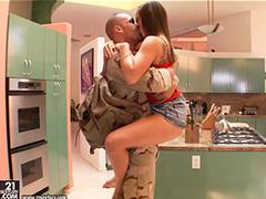 Солдат в увольнении отрывается с девчонкой