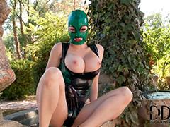 Девушка в латексном БДСМ костюме