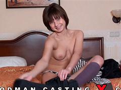 Русская девушка глотает сперму на кастинге
