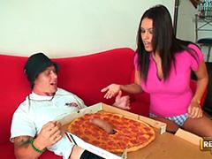 Пицца с сюрпризом для наивной брюнетки