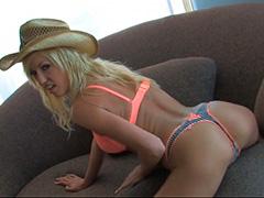 Блондинка сладко стонет на диване