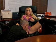 Жаркий трах у начальницы на столе