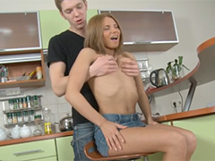 Русский поц страстно удовлетворяет молодую подружку