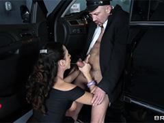 Состоятельная дама вцепилась в торч своего водителя