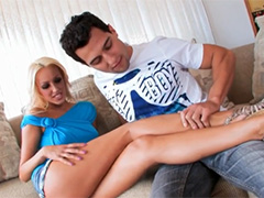 Распластал эротичную соседку на диване