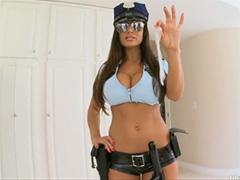 Девушка из полиции обыскала подозриваемого
